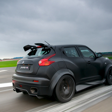The Juke-R only has the 'old' GT-R 485 hp engine and the less favoured gearbox, but the rest of the car is so much more fun.