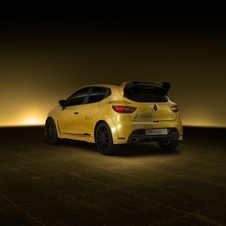 It combines the compact and lightweight body of the Clio RS and the 2.0-liter turbo engine as well as the manual gearbox of the Mégane RS 275 Trophy-