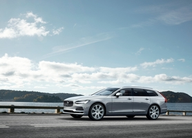 Visually the V90 features similar shapes to the S90, while it is inspired by the Concept Estate concept unveiled in 2014