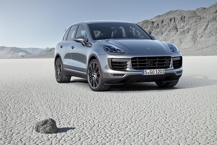 The new Cayenne will be launched with a choice of five versions among which stands out the debut of the Cayenne S Hybrid-E