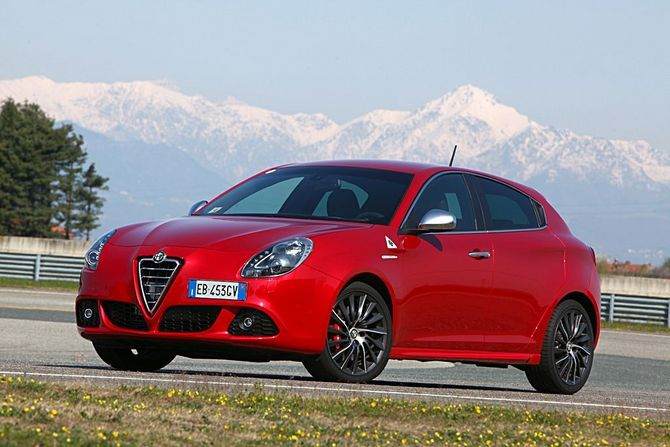 People :: Alfa Romeo Giulietta 1.6 JTDm-2 105cv Distinctive photo ...