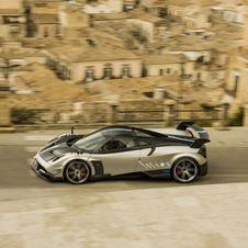 The supercar has 750hp, 10hp more than the base version of the Huayra, coming from a V12 6.0 liter twin-turbo engine