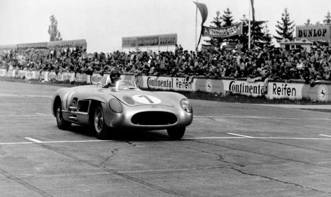 Racing in 1955: Juan Manuel Fangio wins the 18th international ADAC Eifel race on the Nürburgring with his Mercedes-Benz 300 SLR (W 196 S).