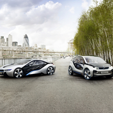 O i3 ao lado do supercarro i8