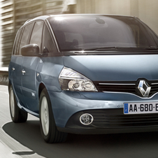 The refreshed car gets a new nose with a larger Renault emblem and wide front grill