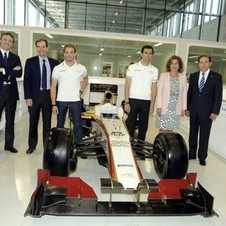 Team Principal, Luis Pérez-Sala,  driver Pedro de la Rosa and Madrid Mayor Ana Botella and Carlos Gracia pose with the F112