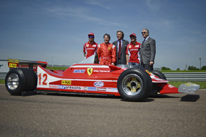 Villeneuve posing with di Montezemolo, Massa and Alonso