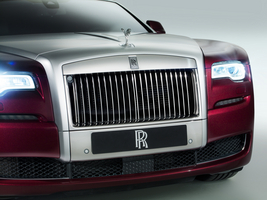 The bonnet now features a central line that runs from the Spirit of Ecstasy statute back to the base of the windscreen