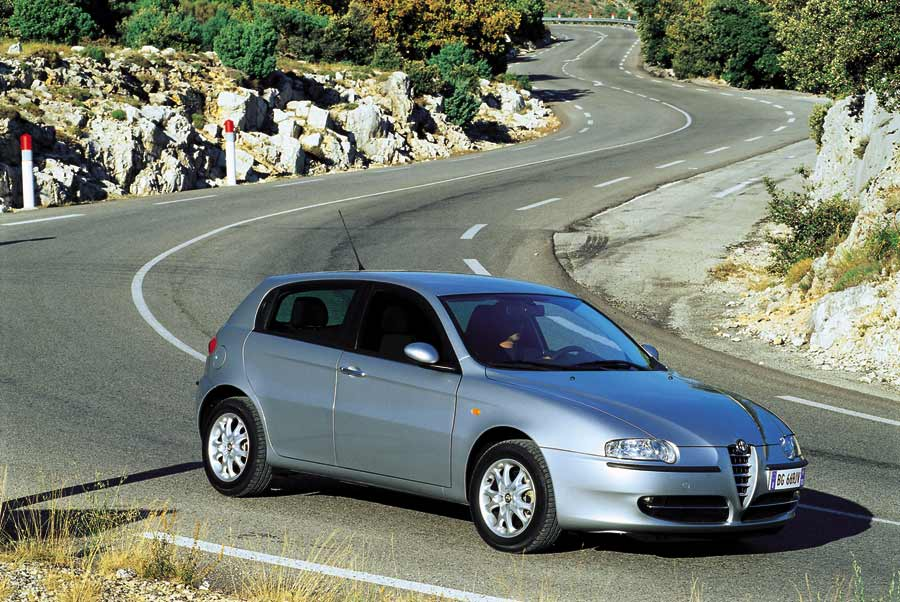 alfa romeo 147 1 9 jtd distinctive 1 photo and 68 specs. Black Bedroom Furniture Sets. Home Design Ideas
