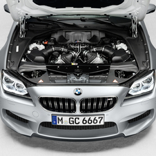 O motor é o mesmo 4.4 V8 twin-turbo com stop/start que debita 560hp e 681Nm de binário do M5 e do M6