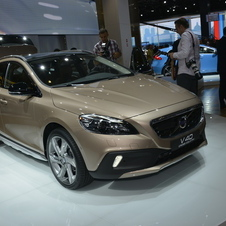 The driver rides 40 mm higher in the V40 Cross Country than in the standard V40.