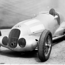 The car was driven by Rudolf Caracciola to the championship in 1937