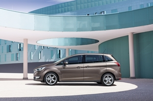 The C-Max receives a new trapezoidal grille, new headlights and bonnet